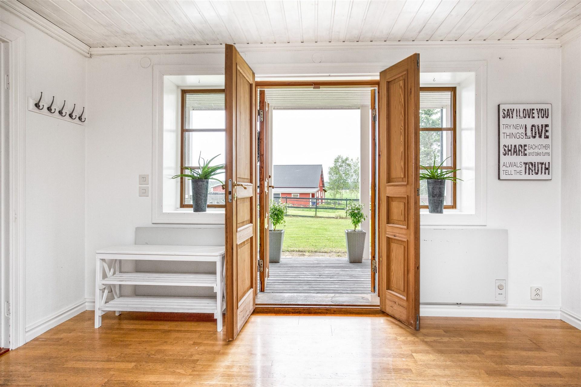 Ljus rymlig hall med dubbeldörrar.