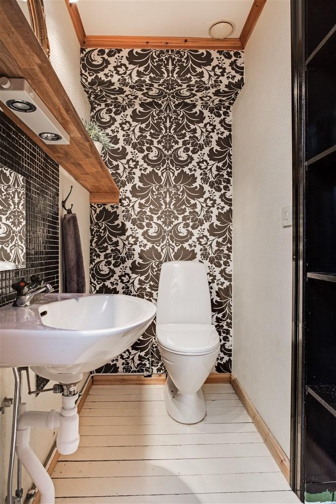 Separat wc med handfat i anslutning till tvättstugan.
