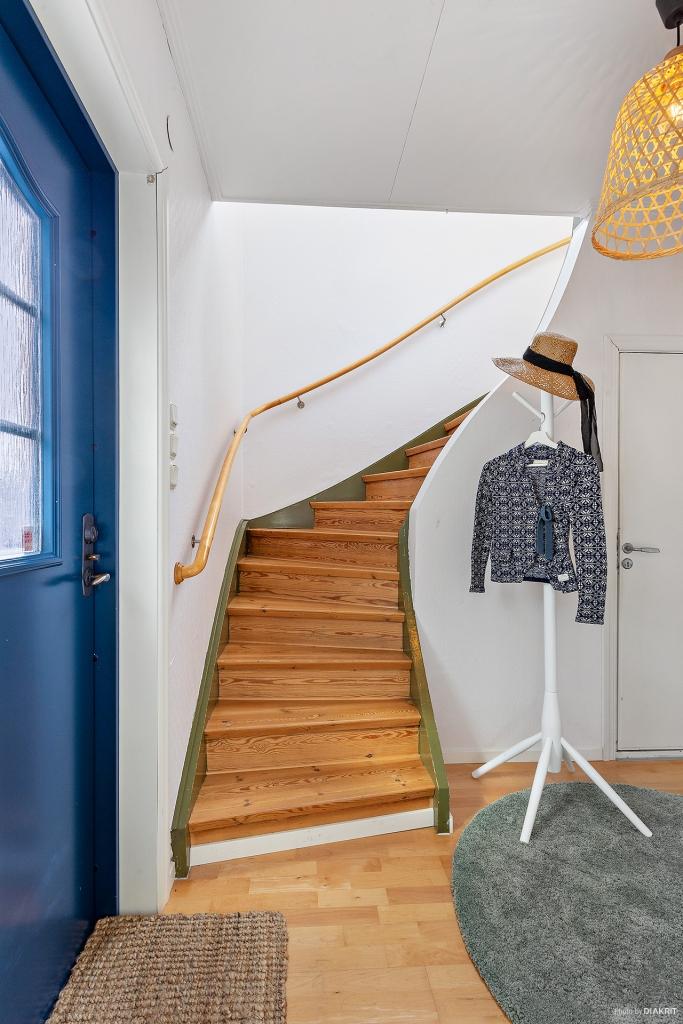Entréhall med trappa till övervåning