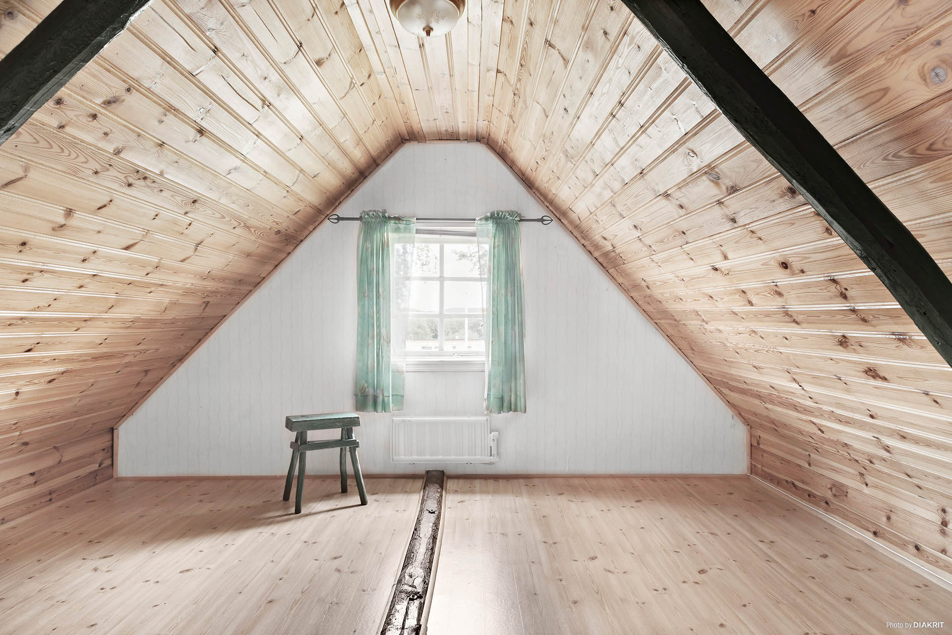 Utrymme lämpligt att använda som allrum eller kanske som sovrum.