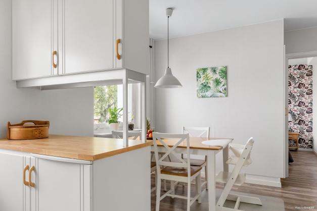 Köket har gott om arbetsytor och förvaringsmöjligheter