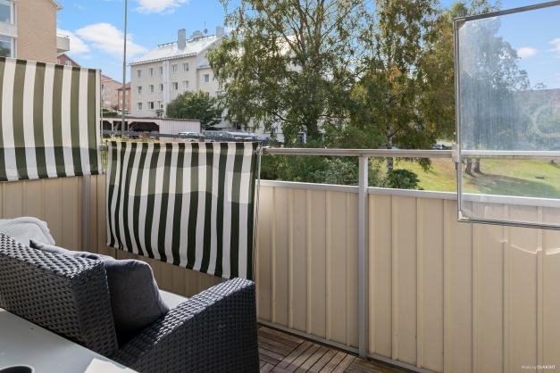 Balkong med söderläge och utsikt över innergården