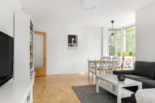 Vardagsrummet har plats för både soffgrupp och matsalsmöbel