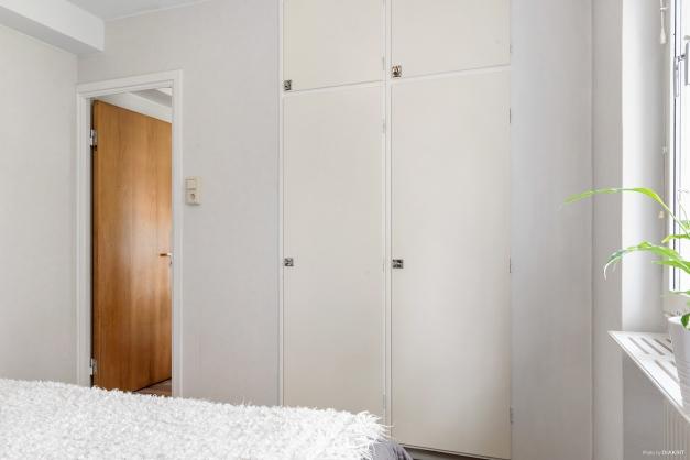 I sovrummet finns två inbyggda garderober