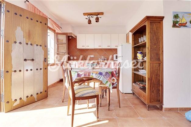 Rustikt kök med matplats