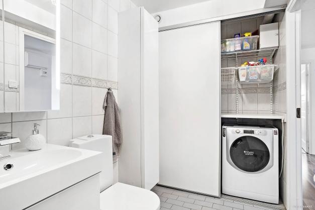 Plats finns för tvätt och förvaring.