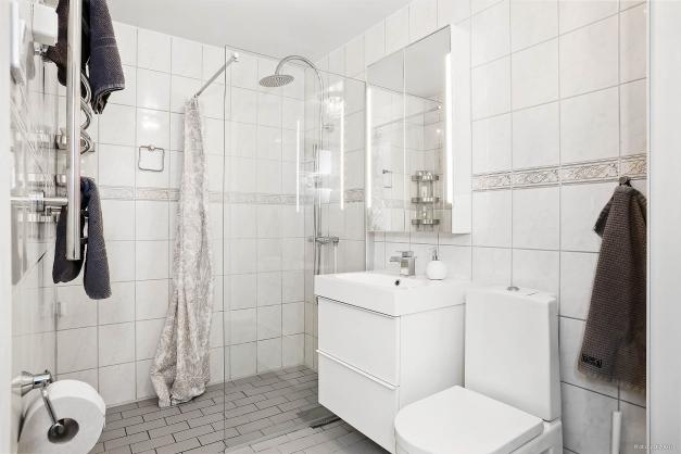 Badrummet har nytt porslin och ny inredning.