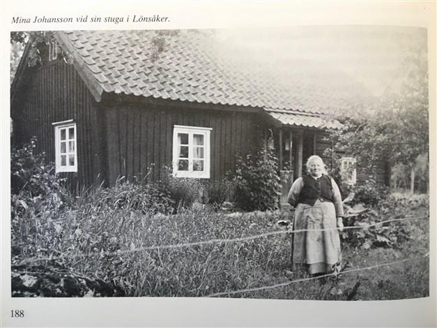 Mina Johansson vid sin stuga.