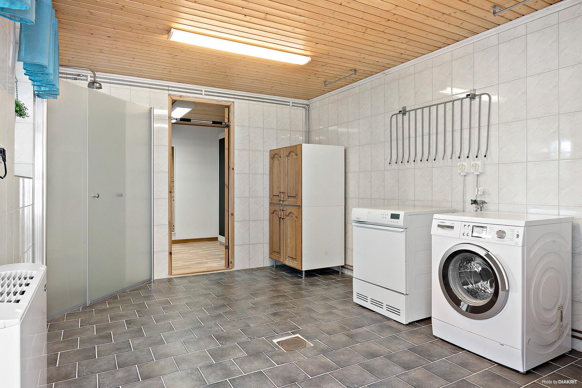 Tvättstuga med dusch (i förrådsbyggnad)