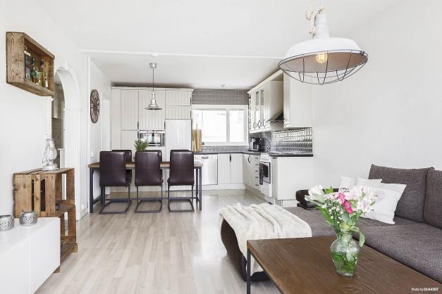 Ljust kök och vardagsrum
