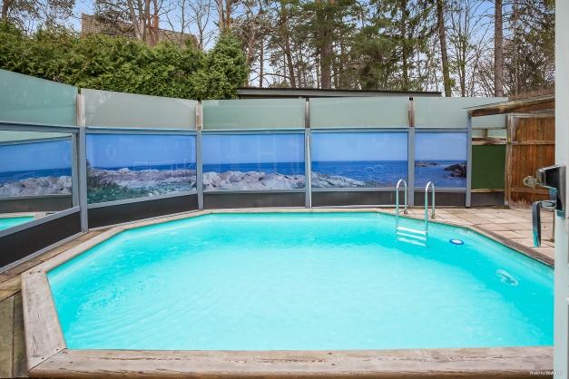 Uppvärmd, södervänd och insynsskyddad pool från 2000-talet.