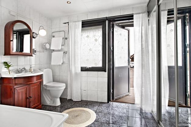 Rejält badrum med utgång till husets framsida