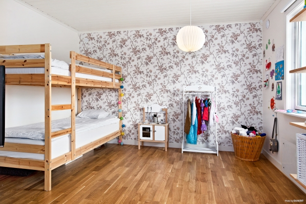 Rymligt sovrum med garderobsvägg.