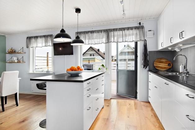 Stort och härligt kök i öppen planlösning med vardagsrummet. Här har vi även utgång till den härliga altanen på husets framsida.
