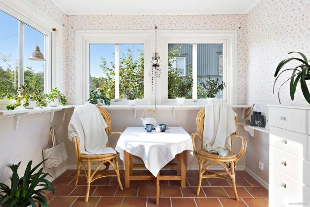 VERANDA - Mysig ljus veranda med dörr både mot framsida och baksida