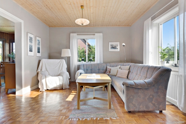 VARDAGSRUM - Stort ljust vardagsrum med två fönster