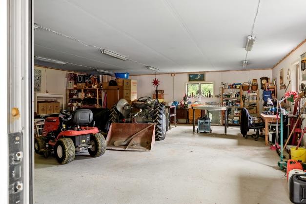 Gigantiskt garage med plats för många bilar