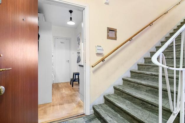 Vy in i lägenheten från trapphuset