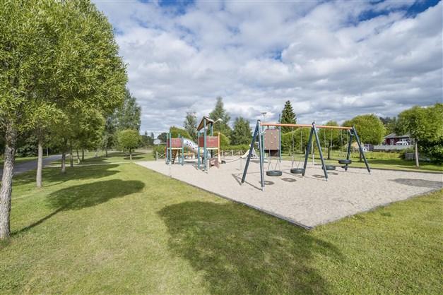 Sommarbild. Lekpark nära intill, fotbollsplan och pulkbacke strax bakom.
