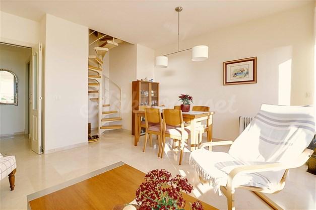 Spiraltrappan i vardagsrummet går upp till takterrassen.