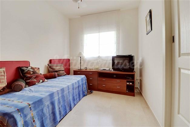 Sovrum 3 - här finns inbyggd förvaring och plats för dubbelsäng