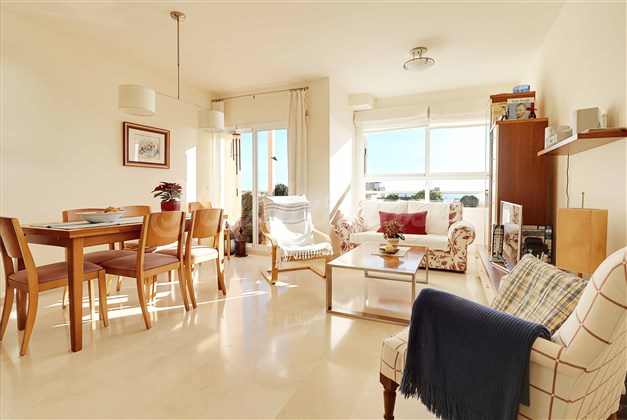 Vardagsrum med havsutsikt och balkong