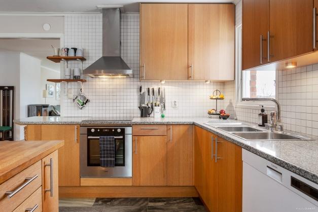 Ljust kök med fönster ovanför arbetsbänken