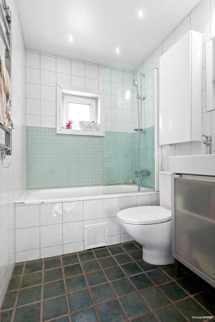 Kaklat badrum med golvvärme.