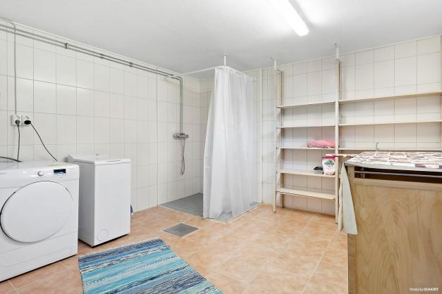 Tvättstuga med duschhörna