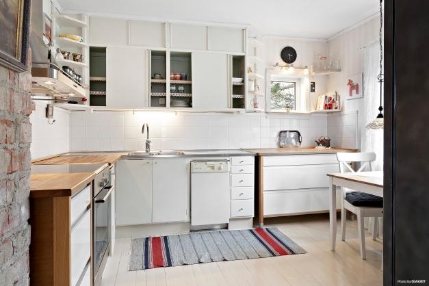 Ljust och fint kök med framtagen murstock.