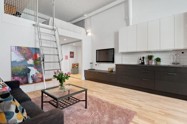 Rum med trappa upp till övre plan