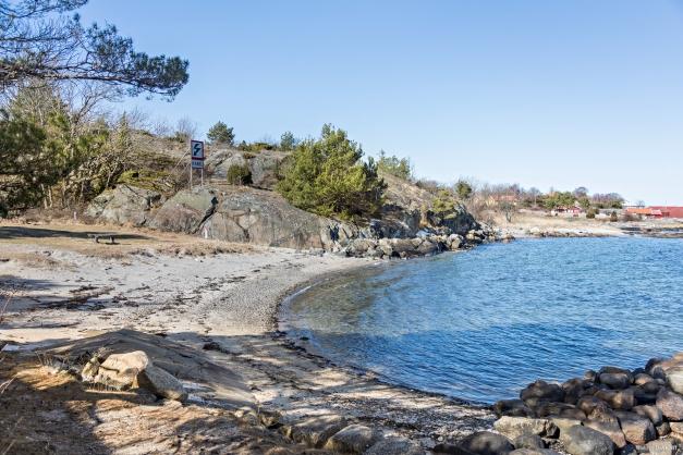 Strand vid sjöbod