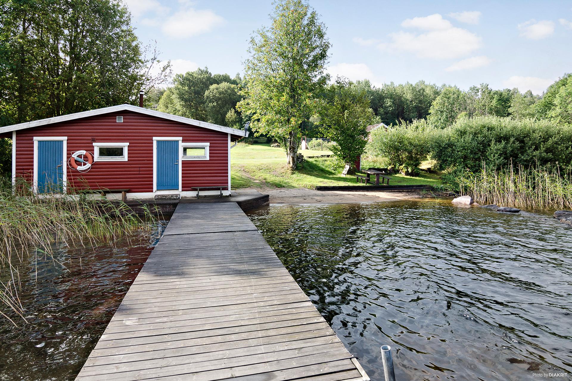 Vid badplatsen finns även en gemensam bastu som medlemmarna i stugägarföreningen får nyttja