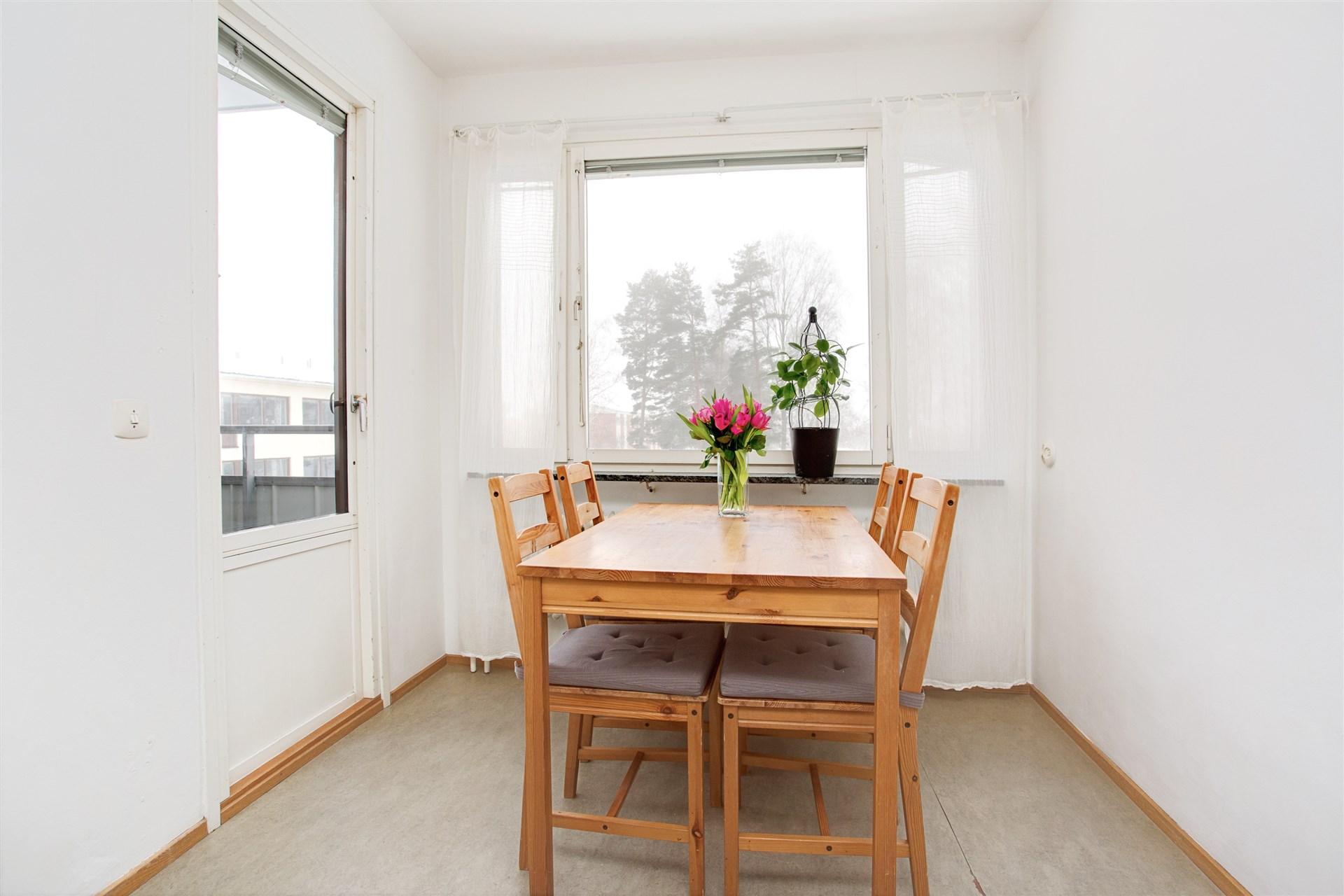 Matplats i köket med utgång till balkong i västerläge.