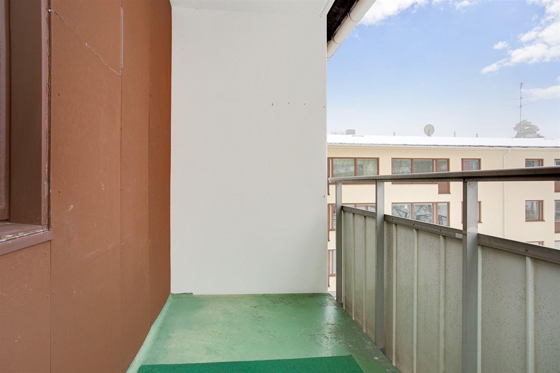 Balkong med plats för mindre möblemang.