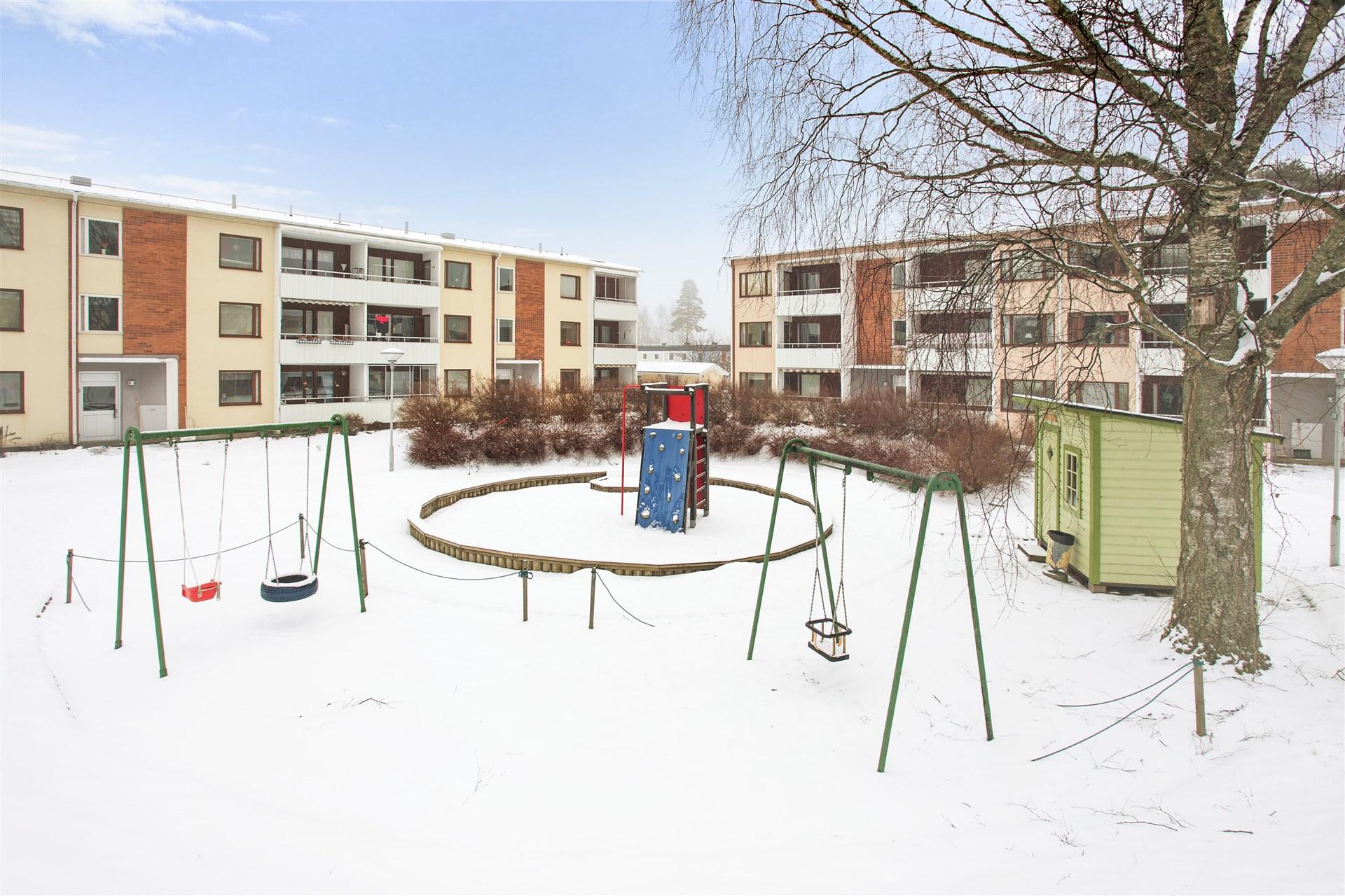 På innergården finns fin lekplats.