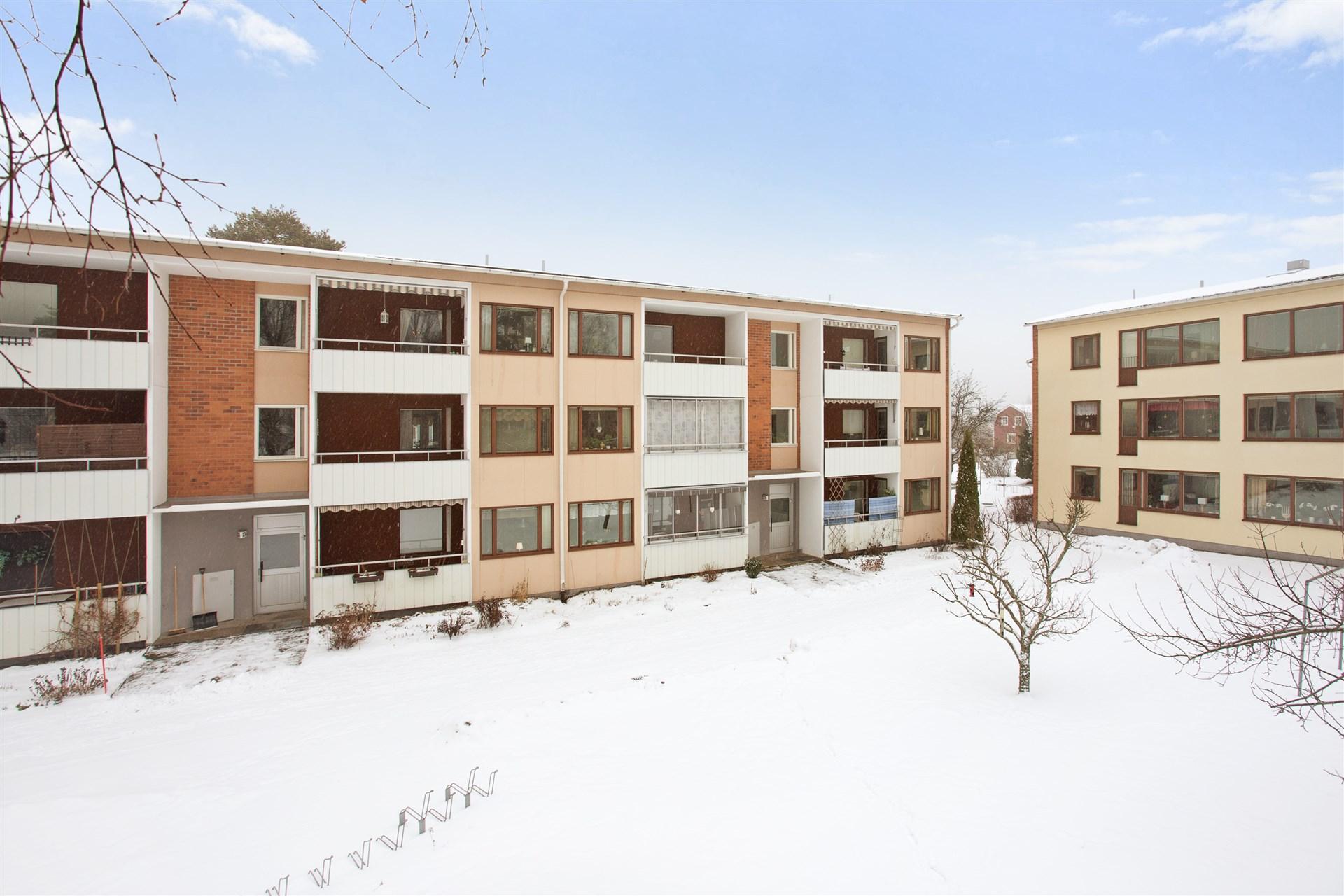 Bostadsrätt i bra skick med balkong i västerläge på 3:e våningen.