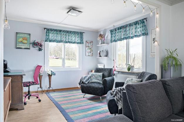 Kontor i anslutning till vardagsrum som enkelt går att göra om till matsal eller varför inte ett sovrum. Laminat på golvet.