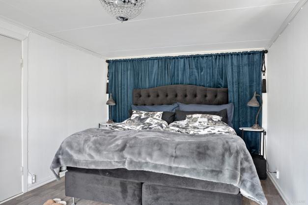 Romantiskt sovrum med laminatgolv.