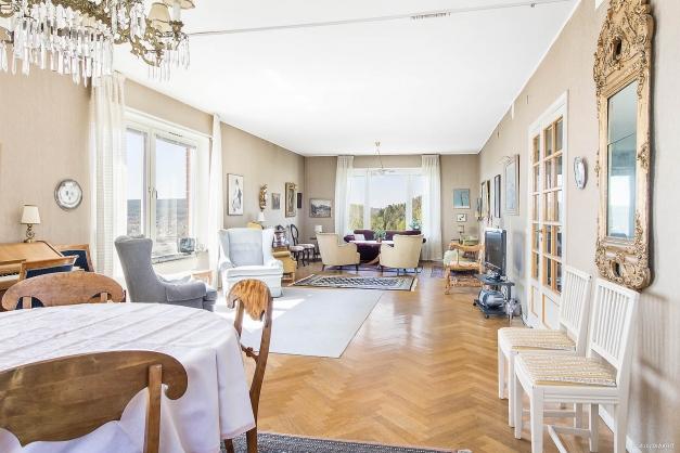 Stort vardagsrum med fönster i tre väderstreck och magnifik utsikt över Sundsvall och hamnen.