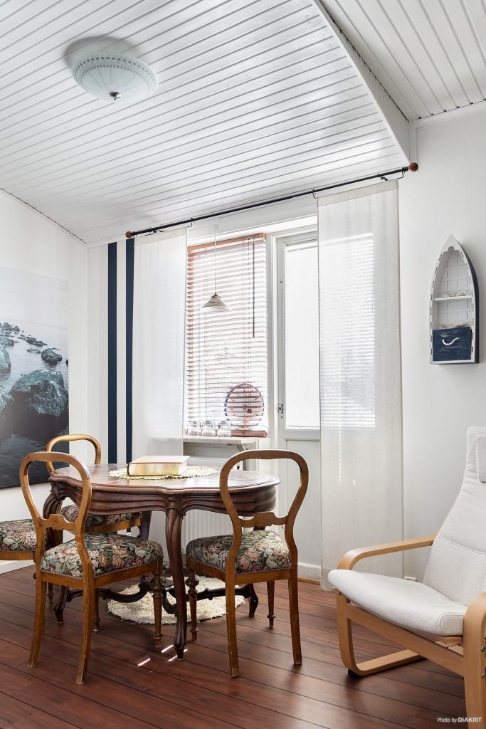 Sovrum 4 på övervåningen med utgång till balkong
