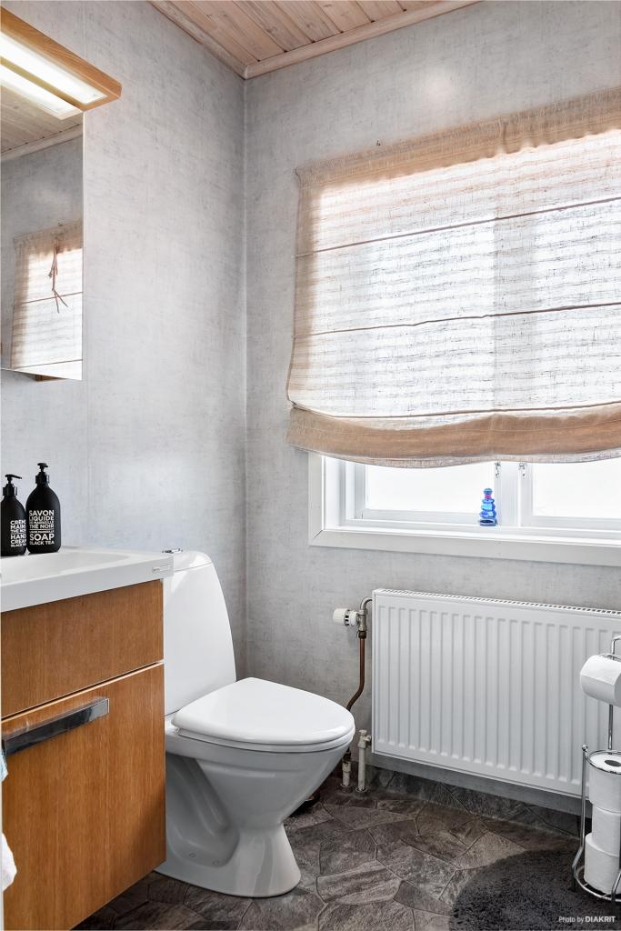 Toalett på övervåningen med duschplats