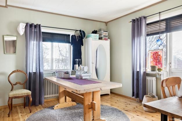 Sovrum 3 på övervåningen med älvsutsikt och utgång till balkong
