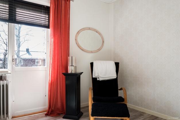 Sovrum 5 på övervåningen med utgång till balkong