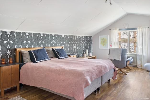 Sovrum 2: Stort sovrum på övervåningen, älvsutsikt