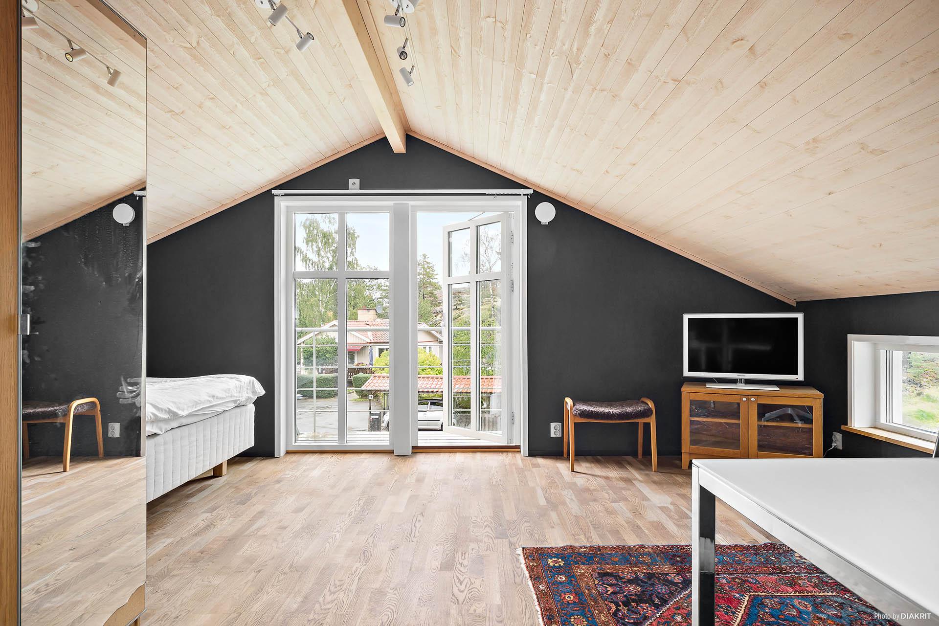 Ett av två sovrum på övre plan
