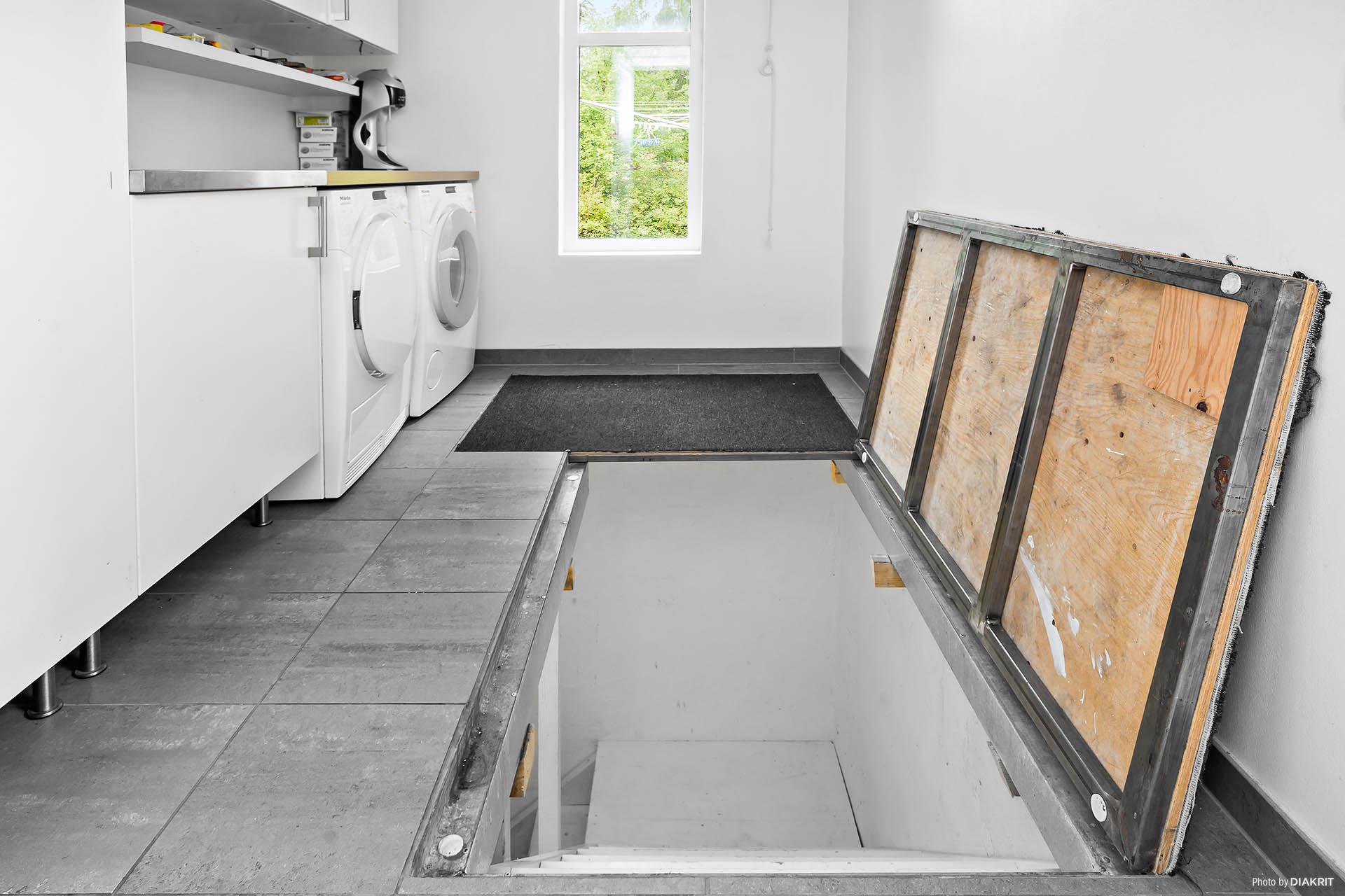 Nedgång i tvättstuga till källare och pannrum
