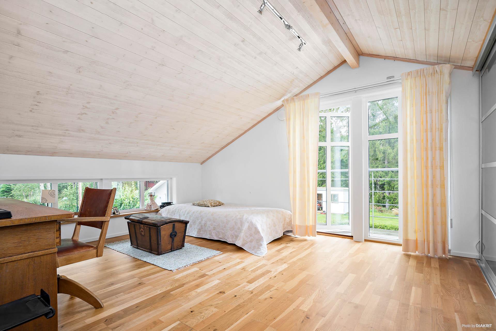 Ett av två sovrum på övre plan mot poolsidan