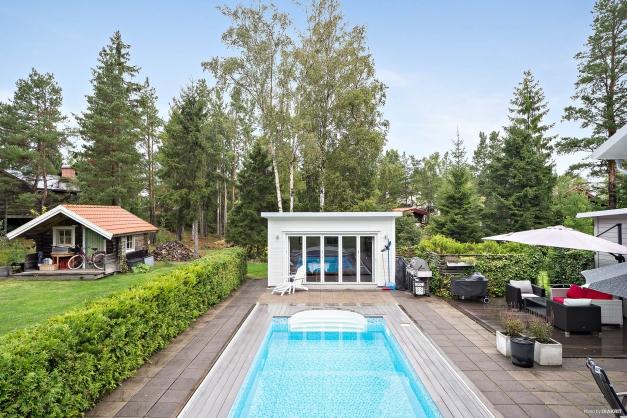 Pool med varmbonat poolhus/gästhus