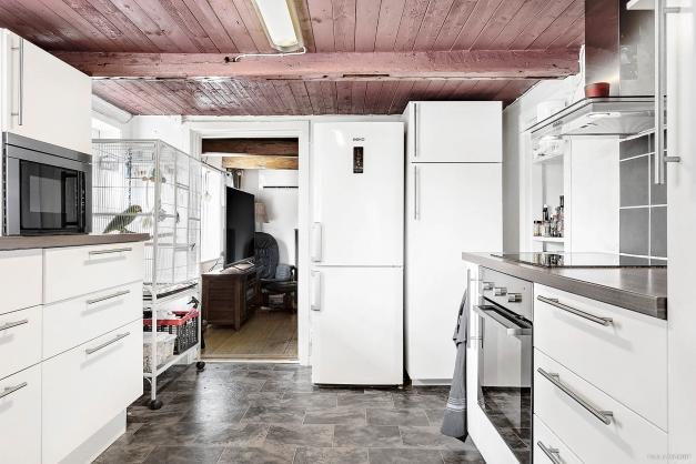 Modernt och trivsamt arbetskök med matrum alldeles i närheten.